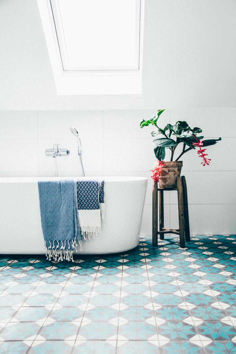 La maison de Kristin Lagerqvist-Krickelin    Salle de bain en carreaux de ciment