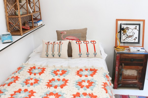 Alberto Bravo mini studio à Madrid || Un lit avec couverture au crochet et coussins brodés, so kitsch !
