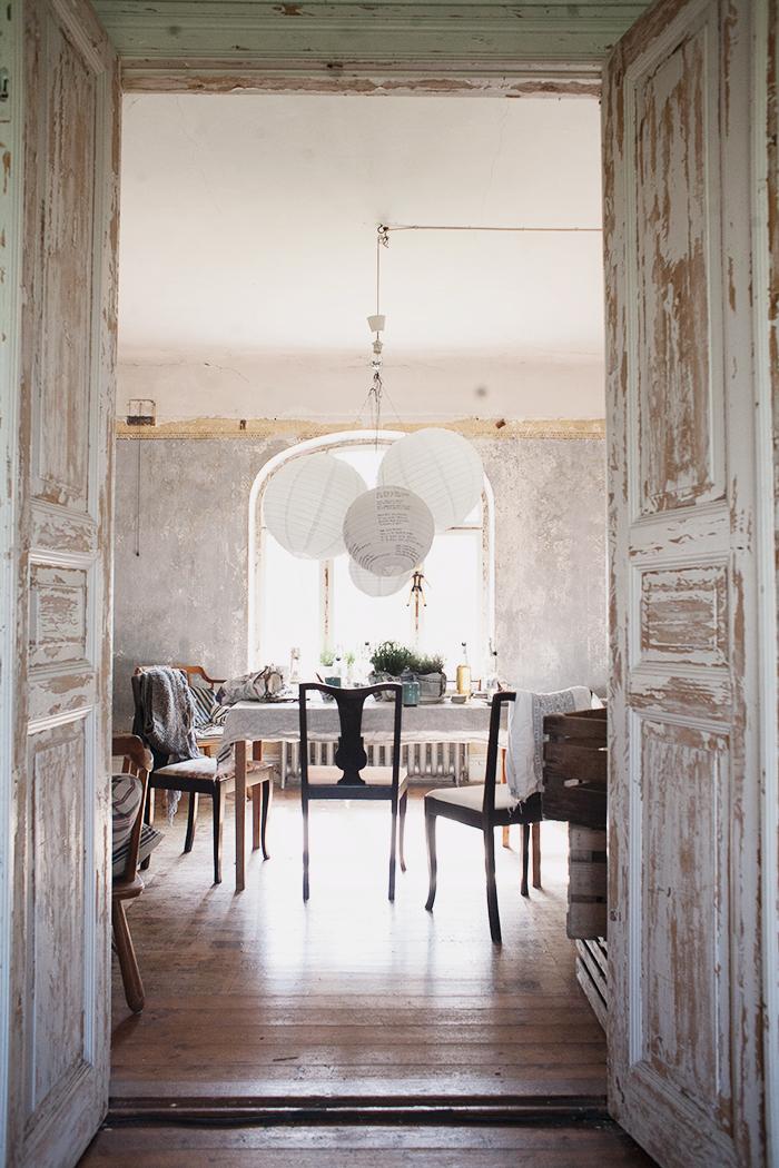 Anna Malmberg portfolio || Une salle à manger aux murs bruts et boiseries patinées