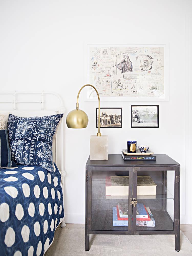 Anne Ziegler interior || Une chambre blanche aux draps bleus indigo