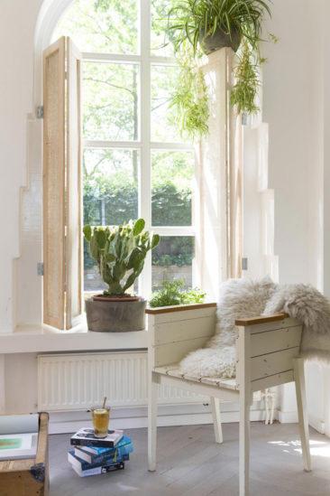 Blanc, plantes vertes et bois, la palette de couleurs et matériaux qui fonctionne bien