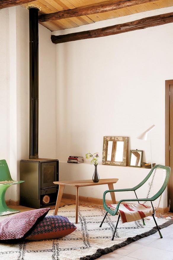 Le ranch d'Helena Rohner || Un salon meublé de façon sommaire et éclectique