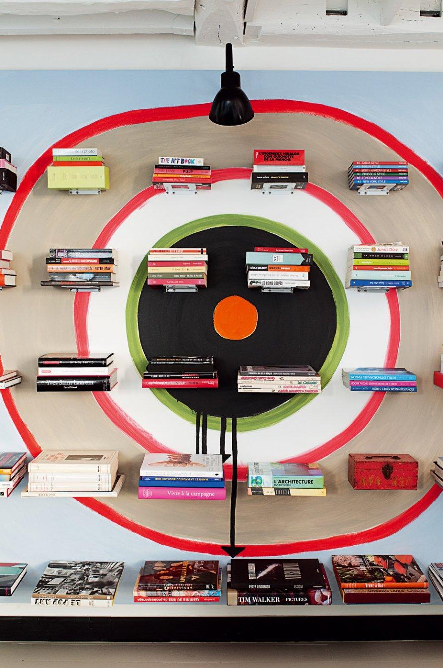 Karine Simonot loft Paris via Marie-Claire maison || Une cible pour exposer des livres d'art