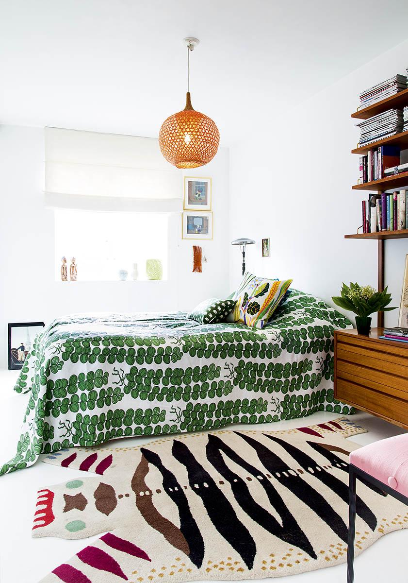 La chambre de Katarina Abrahamsson avec un couvre lit réalisé avec du tissus Josef Frank