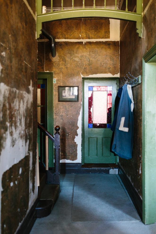 Tina Alex for Outer Towners || Une entrée de maison bohème aux murs bruts