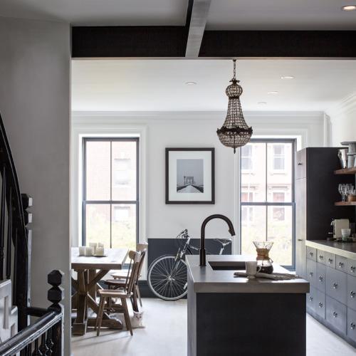 Une maison de 1886 rénovée de façon moderne classique à Brooklyn