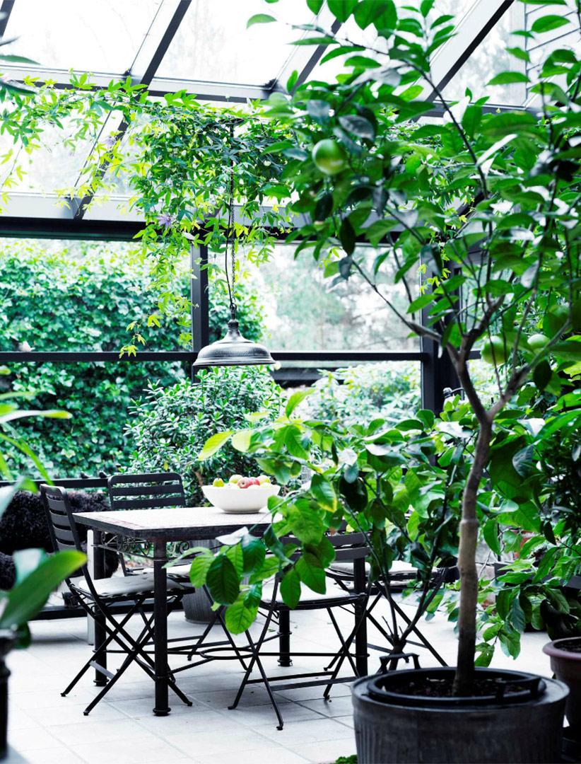 Une maison de campagne en blanc et noir sur fond de verdure // Jardin d'hiver, véranda avec son mobilier de jardin