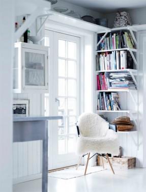 Une maison de campagne en blanc et noir sur fond de verdure // Décor style scandinave blanc avec peau de mouton