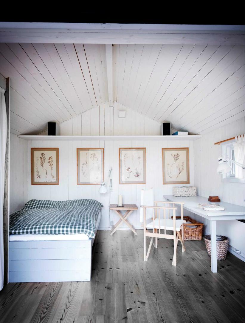 Une maison de campagne en blanc et noir sur fond de verdure // Chambre dans les combles en lambris blanc au style scandinave