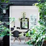 Une maison de campagne en blanc et noir sur fond de verdure