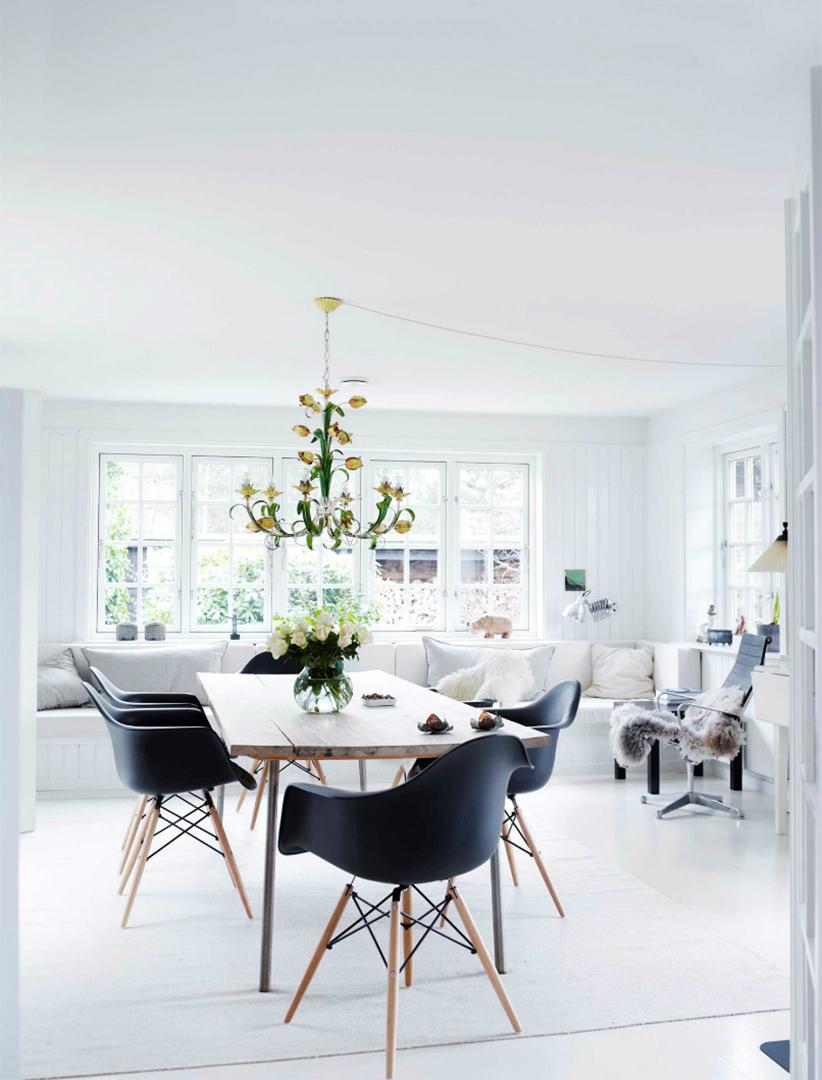 Une maison de campagne en blanc et noir sur fond de verdure // Salle à manger ou pièce à vivre de style scandinave blanc, blanc