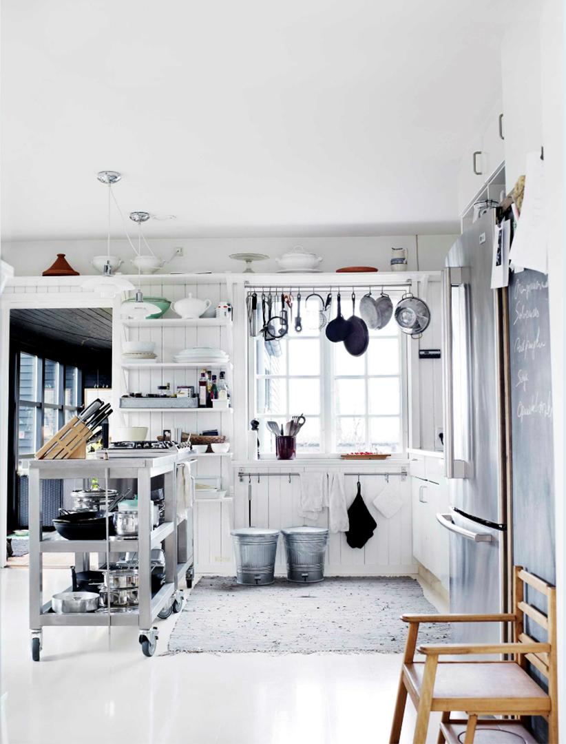 Une maison de campagne en blanc et noir sur fond de verdure // Cuisine de style scandinave rustique blanche
