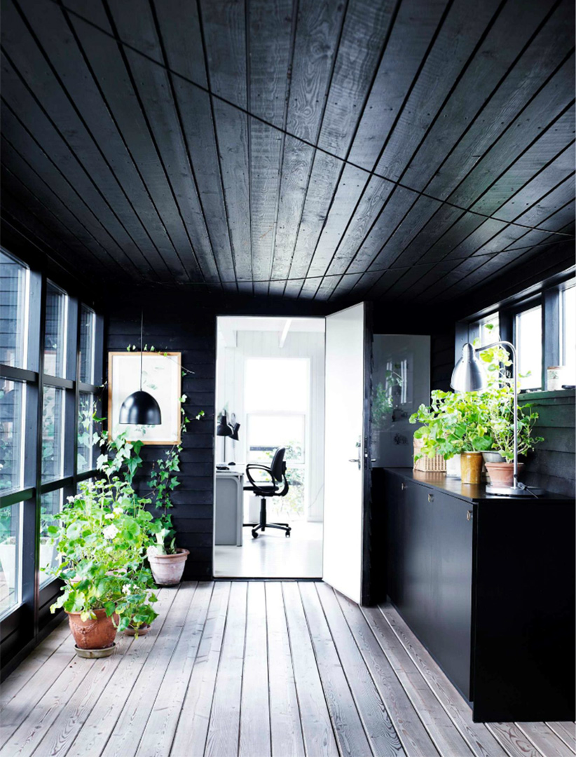 Une maison de campagne en blanc et noir sur fond de verdure // Esprit cabane en lambris noir