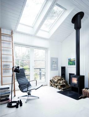 Une maison de campagne en blanc et noir sur fond de verdure //Décor style scandinave blanc avec poêle à bois noir