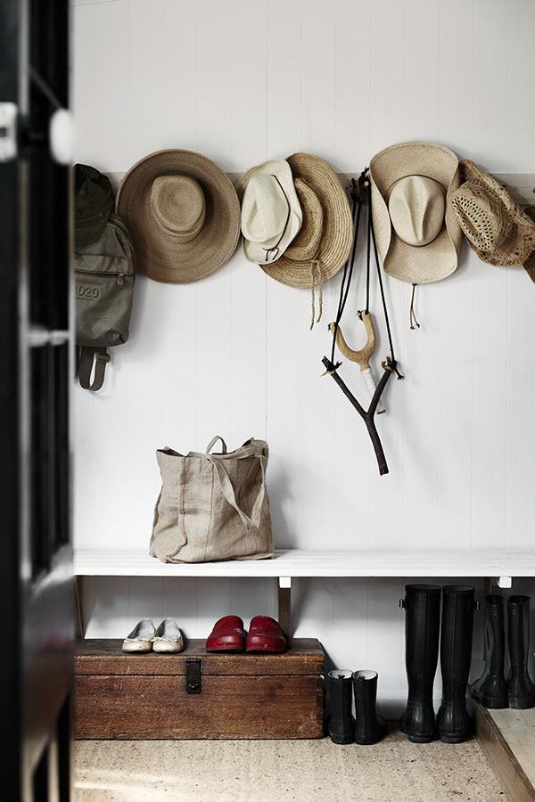Le chapeau de paille accessoire de mode devenu déco // Sharyn Cairns photo