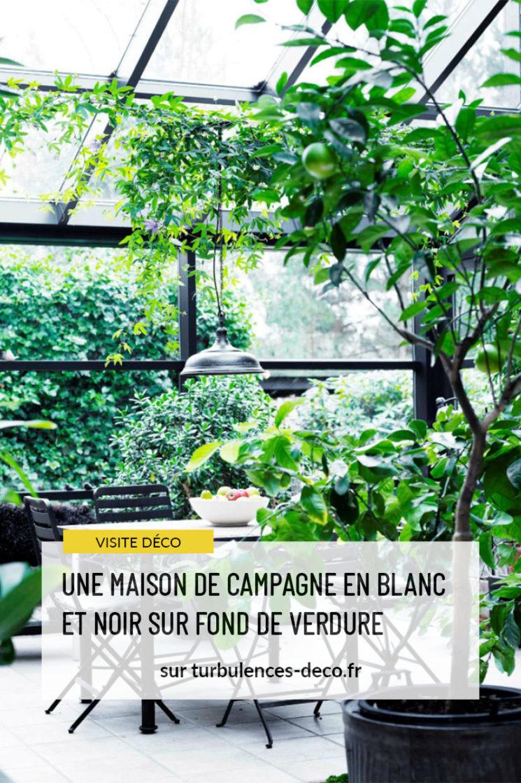 Une maison de campagne en blanc et noir sur fond de verdure à retrouver sur Turbulences Déco