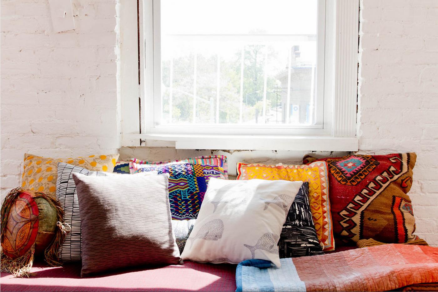 L'appartement de Caitlin Mociun à Brooklyn || #coussins #ethniques #bohèmes