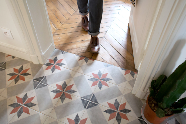 Laure, Paris 18eme via Insidecloset || #carreaux de #ciment