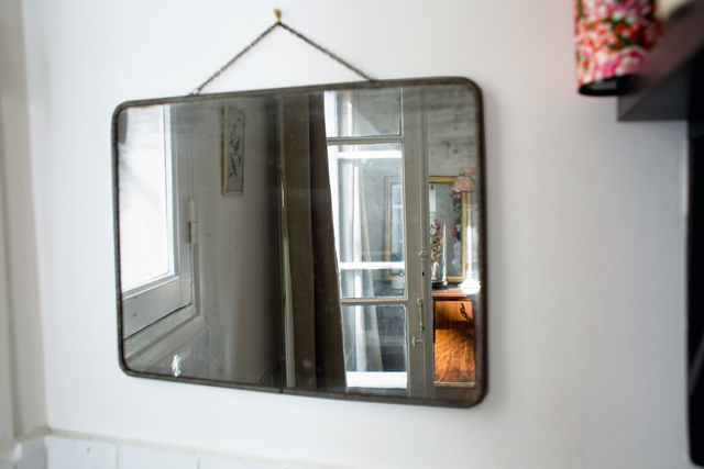 Laure, Paris 18eme via Insidecloset || #miroir de #barbier