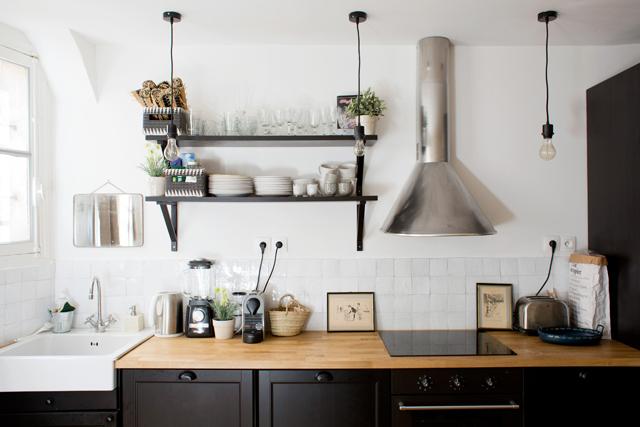 Laure, Paris 18eme via Insidecloset || #cuisine #noir&blanc