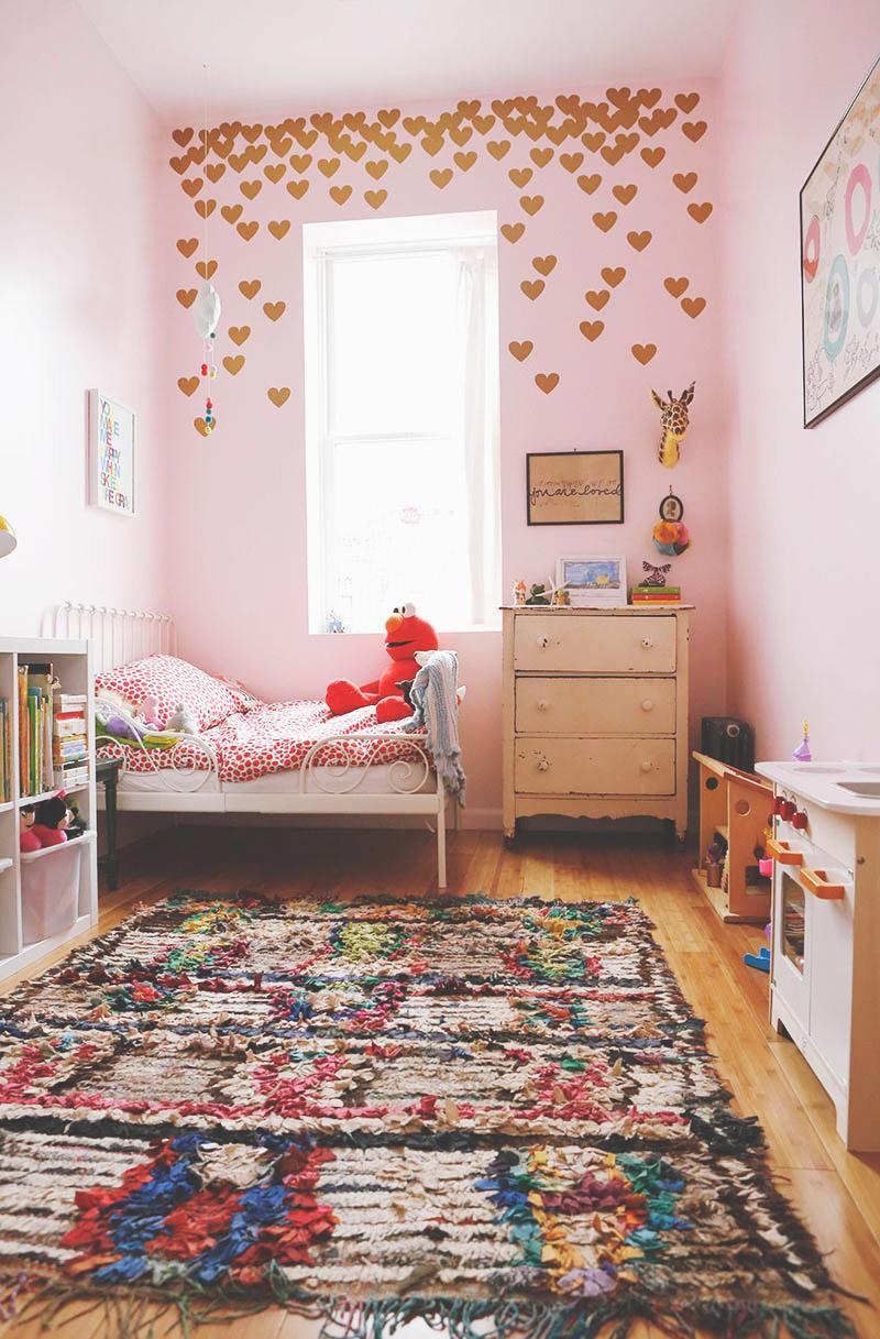 Skye Parrott home - Chambre de fillettes bohème #rose #tapis #boucherouite
