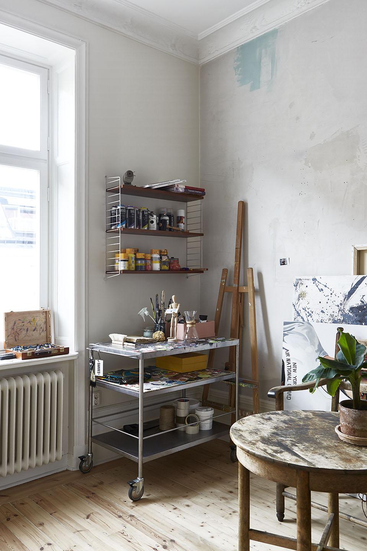 Un appartement à l'ambiance d'atelier à Stockholm via Fantastic Frank || Séparation #atelier #verre #acier #noir