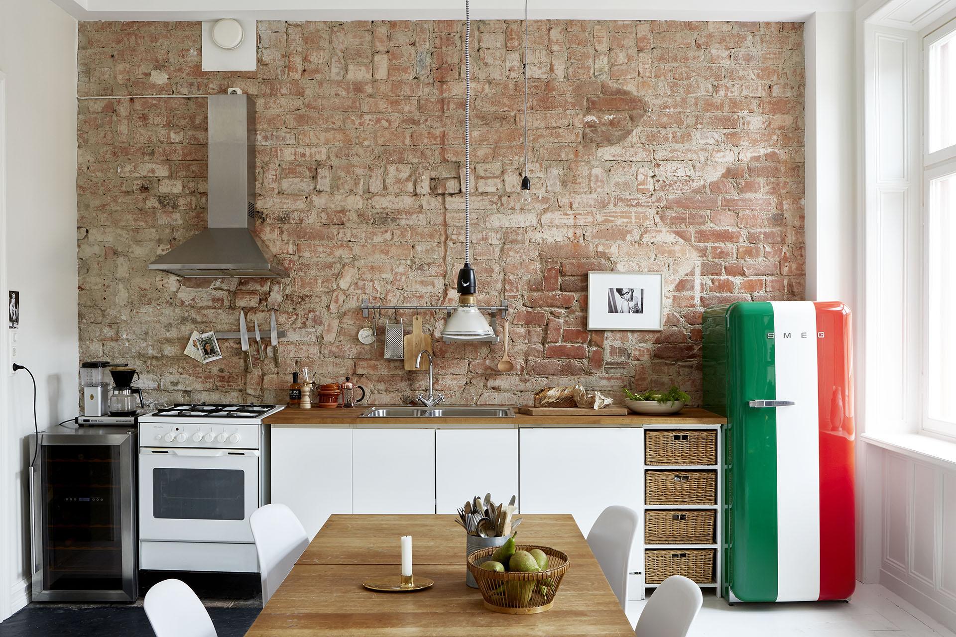 Un appartement à l'ambiance d'atelier à Stockholm via Fantastic Frank || #murs #briques #cuisine