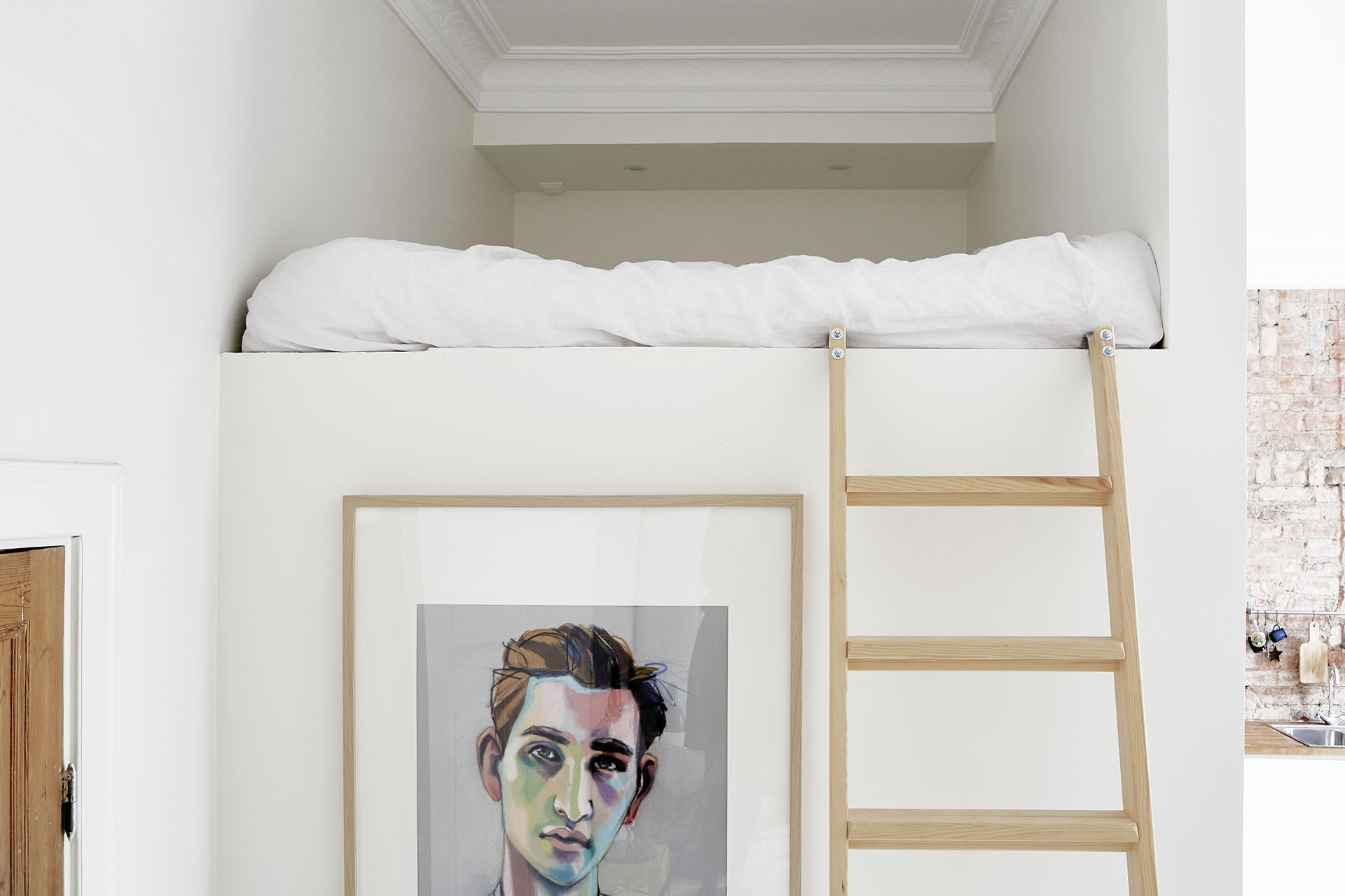 Un appartement à l'ambiance d'atelier à Stockholm via Fantastic Frank || #lit #mezzanine