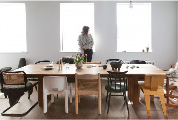 L'intérieur de la designer Gemma Holt à Londres || #table #mix&match #chaises #néo-rural