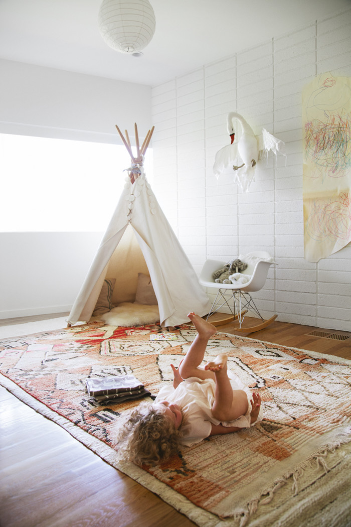 The hive at home Jessica Deruiters light filled L.A. Abode - Chambre d'enfant boho à L.A.