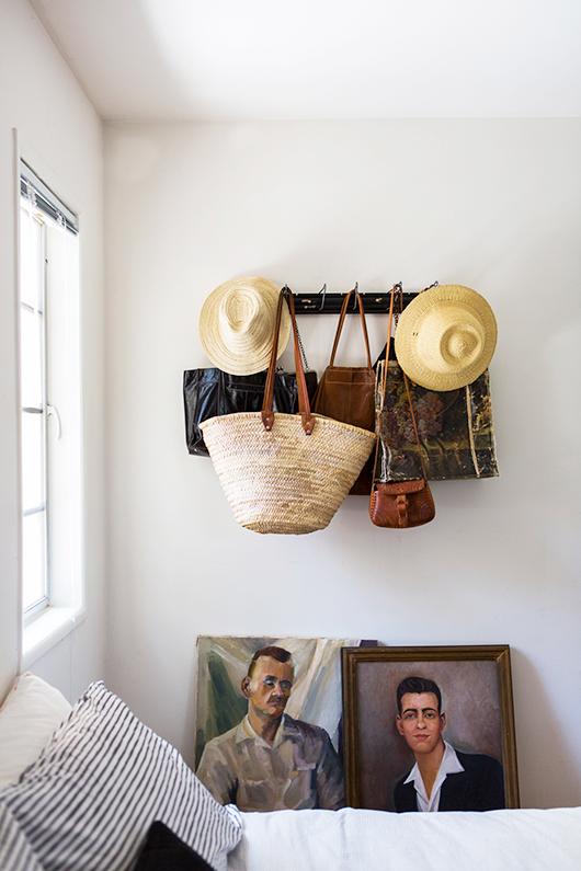 La nouvelle maisonVictoria Smith -sfgirlbybay.com- à Los Angeles || #chapeaux de #paille #tableau #portrait