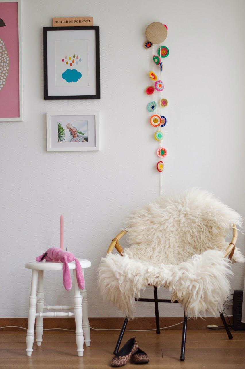 via le blog de wimketolsma - Chambre bohème minimale #crochet #guirlande