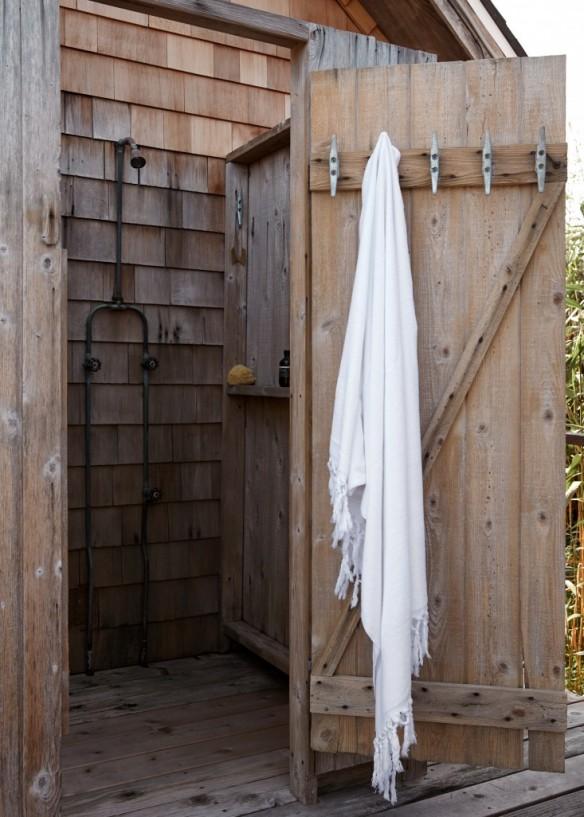 La cabane d'Ann Stephenson et Lori Scacco à Fire Island || #douche #extérieur