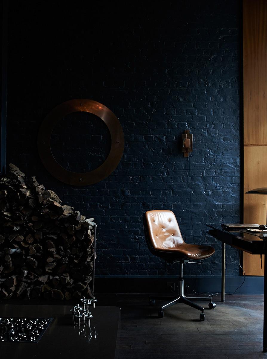 Extrait de Monochrome home d'Hilary Robertson || #noir #objets en #cuivre