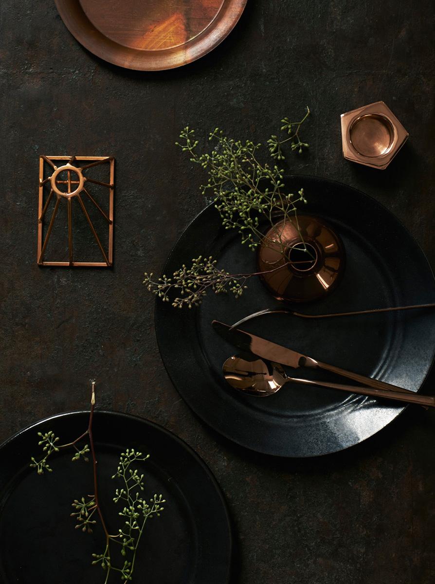 Extrait de Monochrome home d'Hilary Robertson || #noir #siège en #cuir
