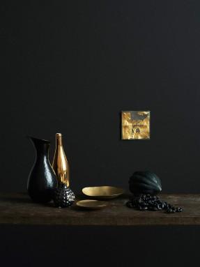 Extrait de Monochrome home d'Hilary Robertson || #noir #objets #dorés