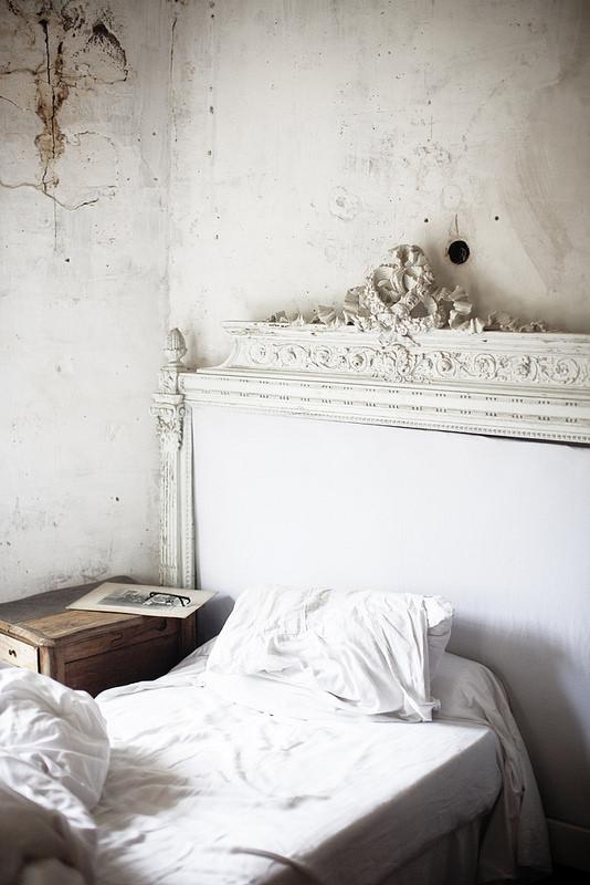 Chambre romantique au moulin de Bregeon avec tête de lit ancienne