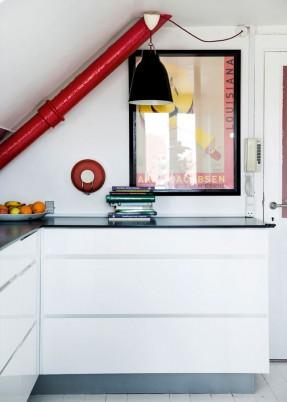 Un appartement à Copenhague sous les toits || #tuyaux peints en #rouge
