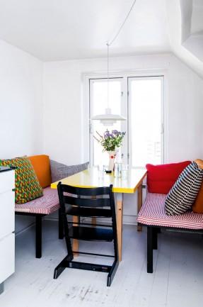 Un appartement à Copenhague sous les toits ||#coin #repas #banquettes #coussins #colorés
