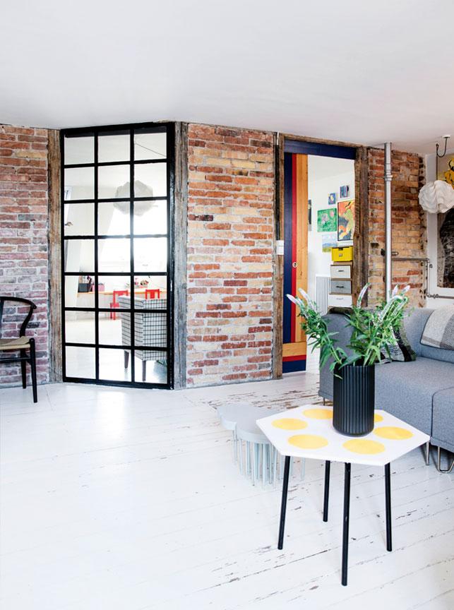 Un appartement à Copenhague sous les toits || #murs en #briques #parquet #blancs #patinés