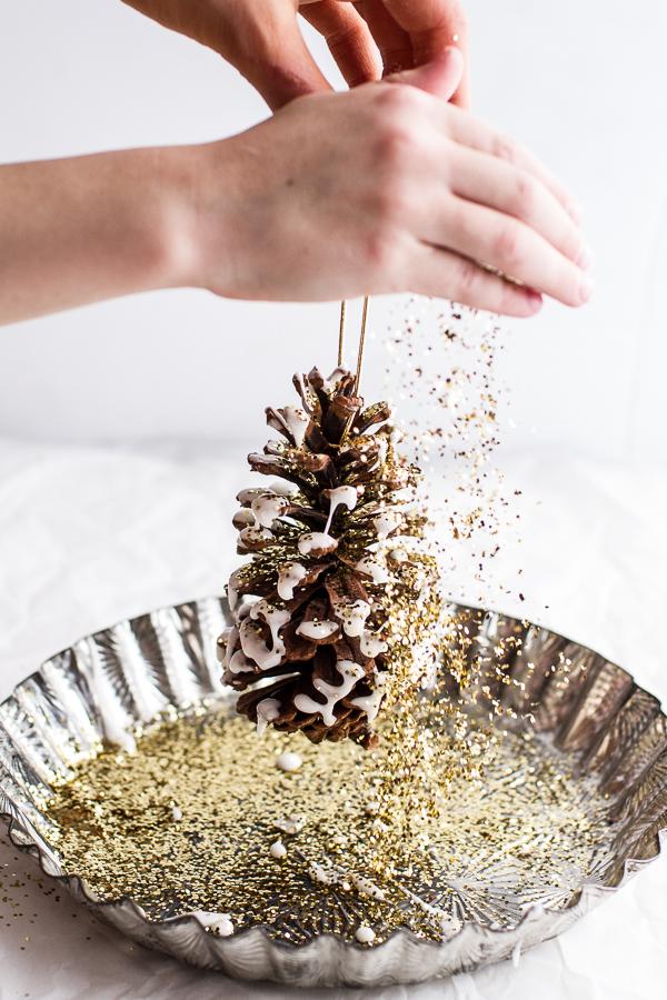 Pailleter des pommes de pin - Une déco de Noël dorée