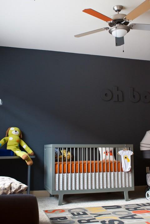Une chambre de bébé avec un mur noir via OverviewCrib