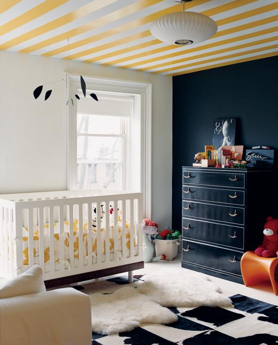 Chambre enfant mur noir et rayures jaunes