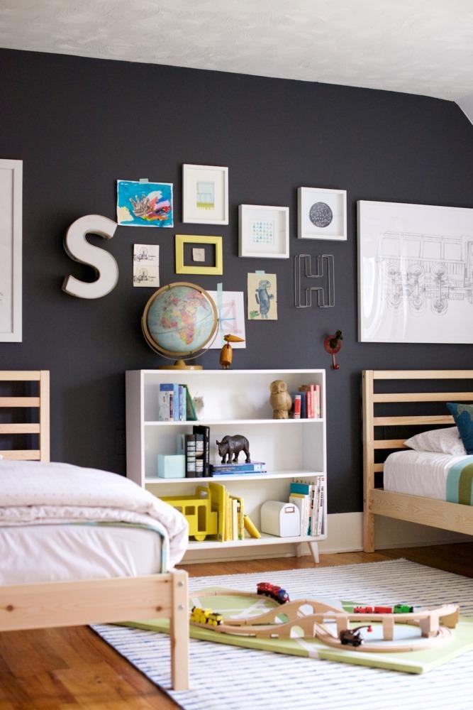 Chambre d'enfant avec mur noir