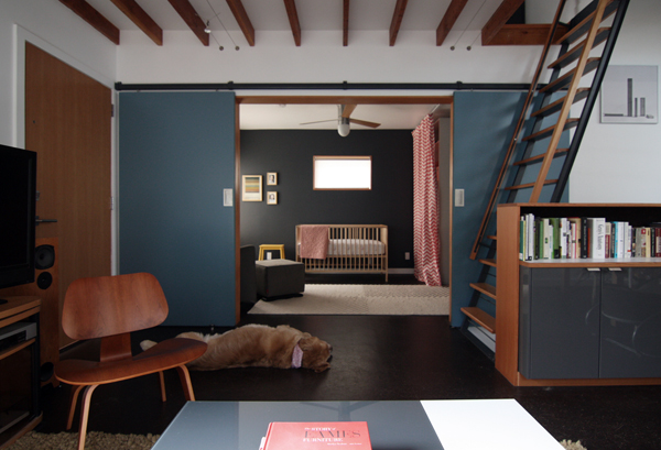 Une chambre de bébé dans un style moderniste noire par chezerbey.com