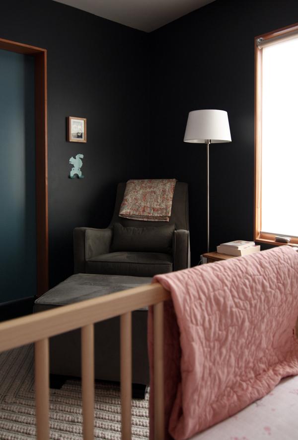 Une chambre d'enfant noire dans un style moderniste noire par chezerbey.com