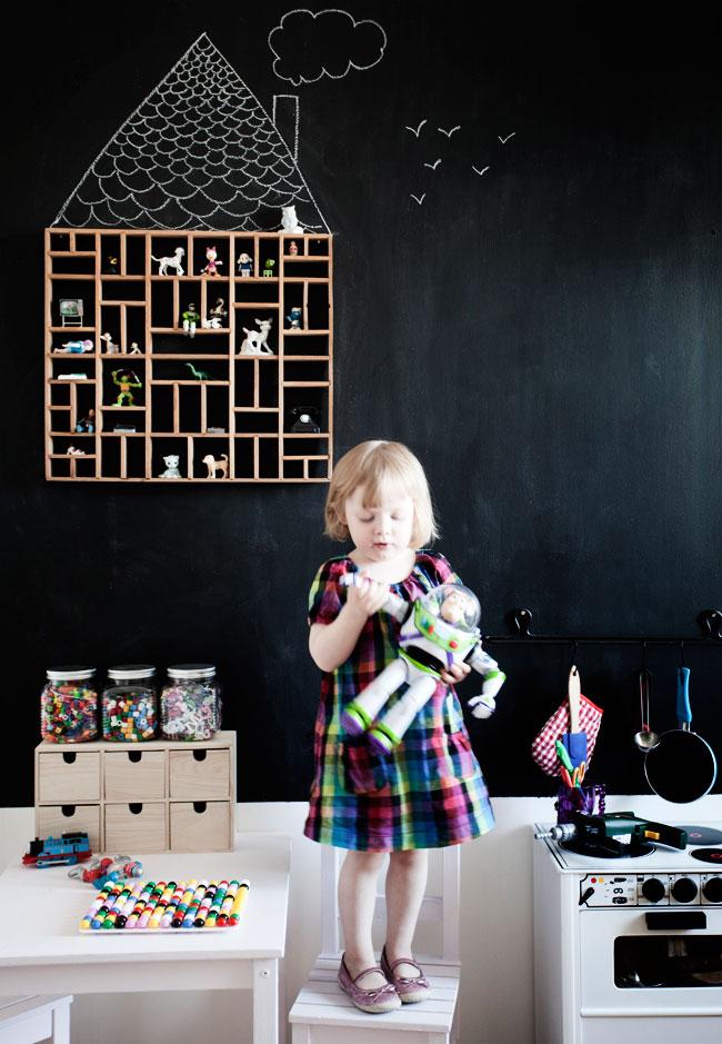 Détails de la chambre d'Emilia avec mur noir façon tableau noirvia Dos Family
