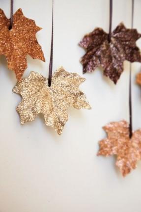 Feuilles mortes d'automne couvertes de paillettes dorées