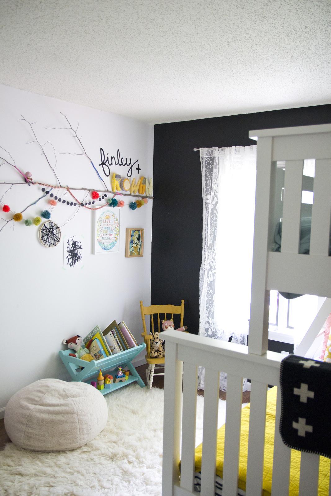 Une chambre de filles avec un mur noir via jenloveskev