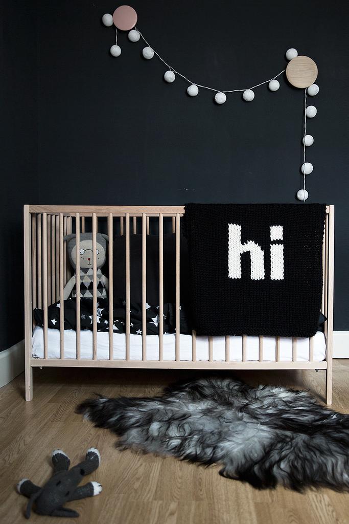 Une chambre d'enfant noire via La Petite Mag